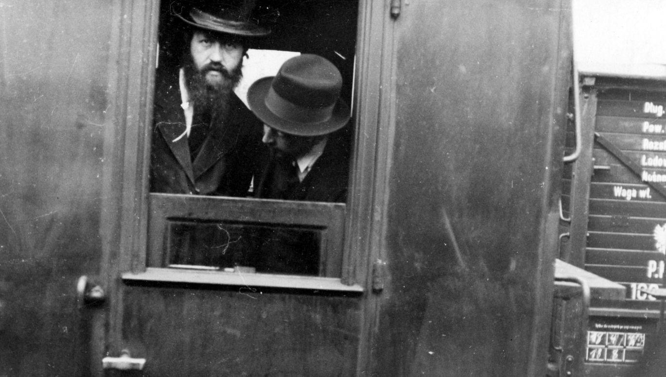 Dwóch nierozpoznanych Żydów z Bielska w oknie wagonu kolejowego, okres międzywojenny (lata 1918 – 1939). Fot. NAC/IKC, sygn. 1-P-2369