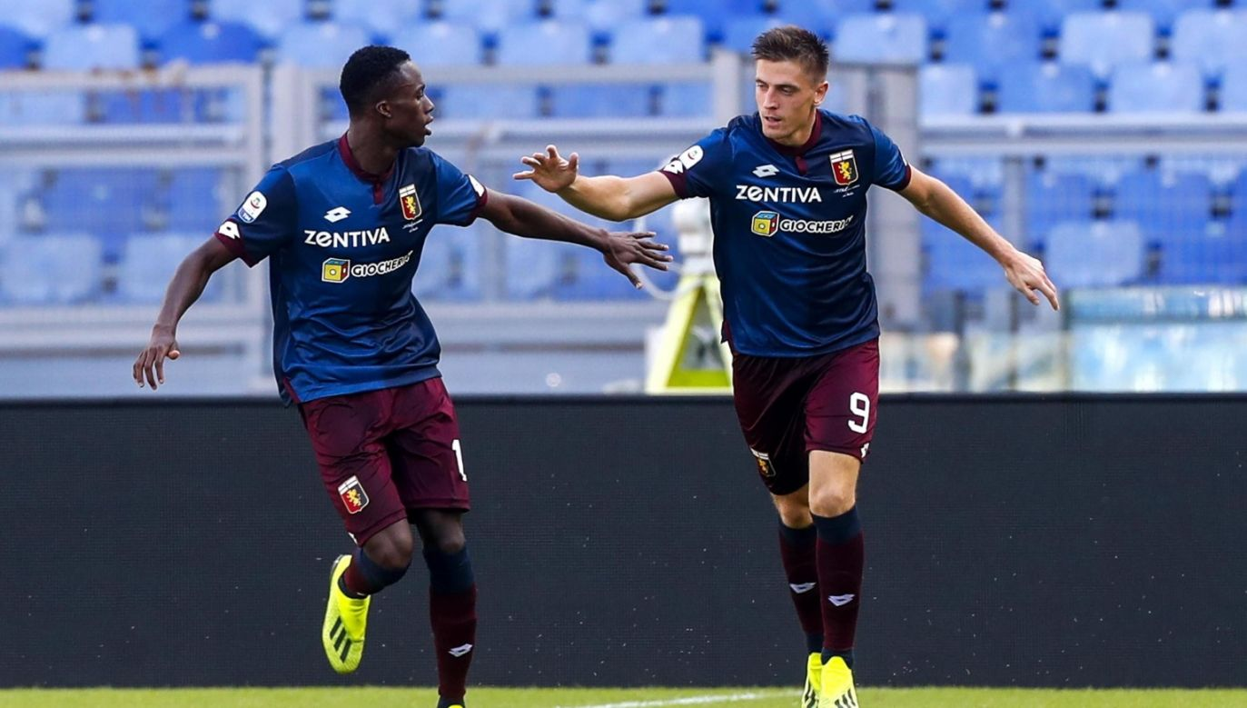 Genoa CFC Krzysztof Piatek (R) celebrates after scoring a goal during the Italian Serie A match against SS Lazio. Photo: PAP/EPA/ANGELO CARCONI