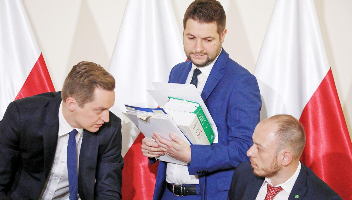 Przewodniczący komisji Patryk Jaki (C) oraz członkowie komisji Sebastian Kaleta (L) i Bartłomiej Opaliński (P) podczas posiedzenia komisji weryfikacyjnej  (fot. PAP/Tomasz Gzell)