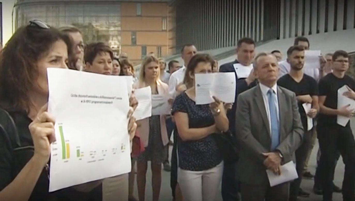 Urzędnicy samorządowi demonstrowali przeciw ministrowi w godzinach pracy. Twierdzą, że dobrowolnie (fot. TVP info)