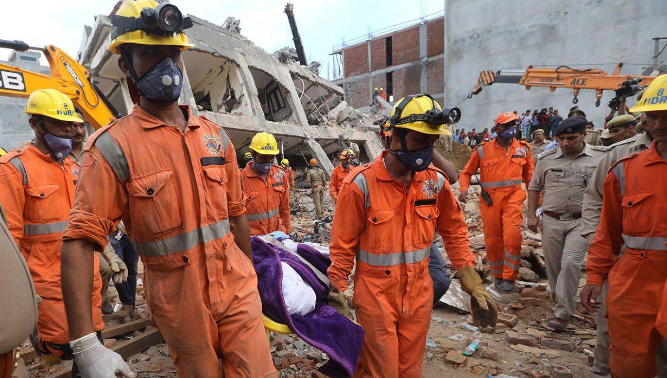 W Indiach często dochodzi do katastrof budowlanych (fot. PAP/EPA/RAJAT GUPTA)