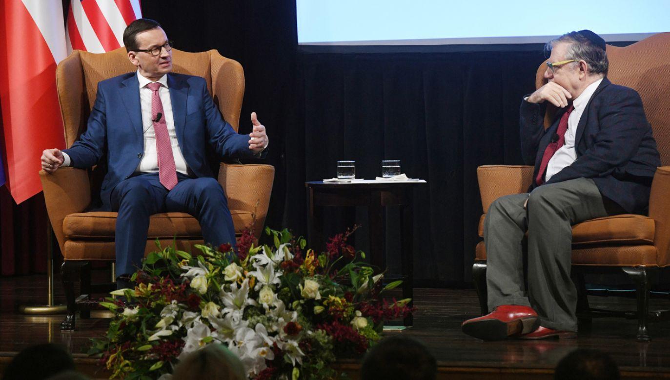 Premier Mateusz Morawiecki (L) podczas nieformalnej rozmowy z amerykańskim prawnikiem, profesorem Josephem Weilerem (P) (fot. PAP/Radek Pietruszka)