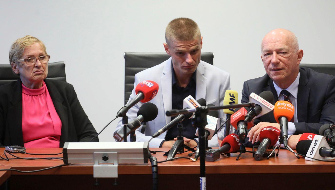 The Strzelin Redemption: Tomasz Komenda with his mother Teresa Klemańska (L) and his representative Zbigniew Ćwiąkalski (R) at a press conference in Warsaw, Poland. Photo: PAP/Paweł Supernak