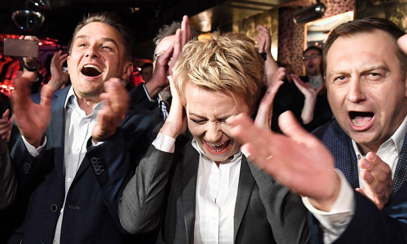 Prezydent Łodzi Hanna Zdanowska (C) podczas wieczoru wyborczego Komitetu Wyborczego Wyborców Hanny Zdanowskiej (fot. PAP/Grzegorz Michałowski)