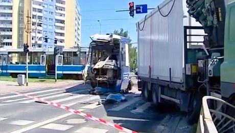 Według wstępnych informacji ciężarówka, która skręcała w ulice Broniewskiego przejechała na czerwonym świetle (fot. tt/Fakty TVP3 Wrocław)