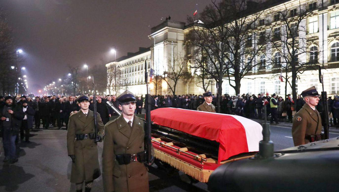 Trumnę z ciałem byłego premiera wystawiono w hallu KPRM (fot. KPRM)