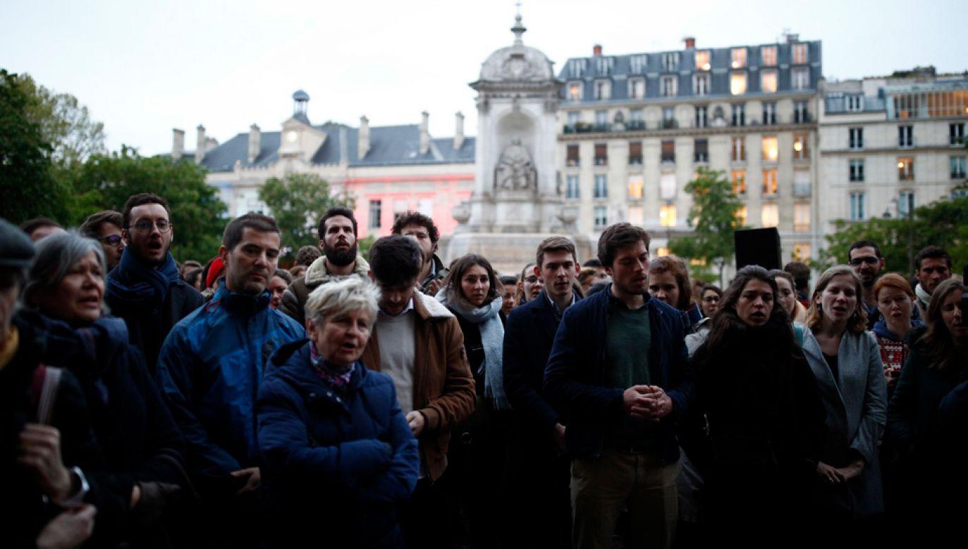 W modlitewnym czuwaniu wzięły udział setki wiernych (fot. PAP/EPA/IAN LANGSDON)