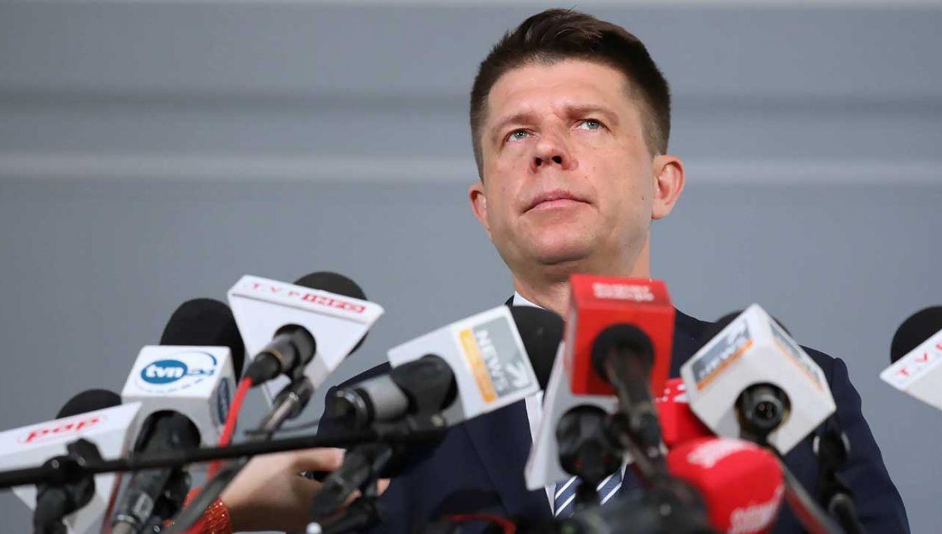"""Lider Teraz! zapowiedział, że na najbliższym posiedzeniu Sejmu złoży wniosek o odrzucenie projektu rozszerzającego program """"Rodzina 500 plus"""" na pierwsze dziecko (fot. arch. PAP/Tomasz Gzell)"""