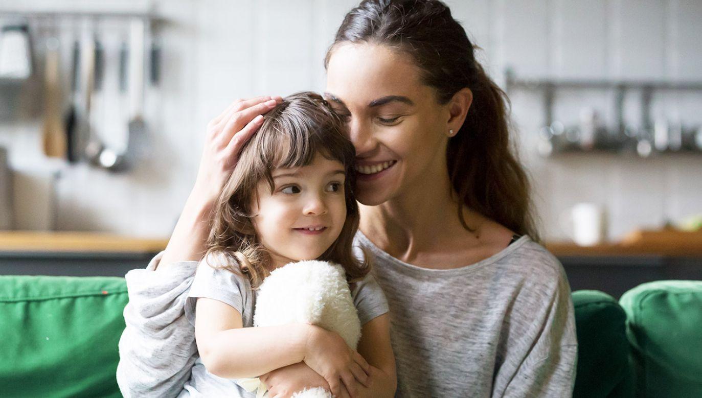 Z badania wynika, że ważna jest prędkość głaskania dzieci (fot. Shutterstock/fizkes)