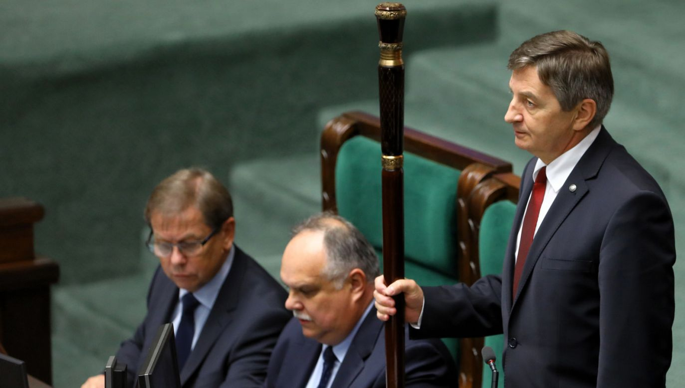 Marszałek Marek Kuchciński (P) na sali sejmowej (fot. PAP/Rafał Guz)