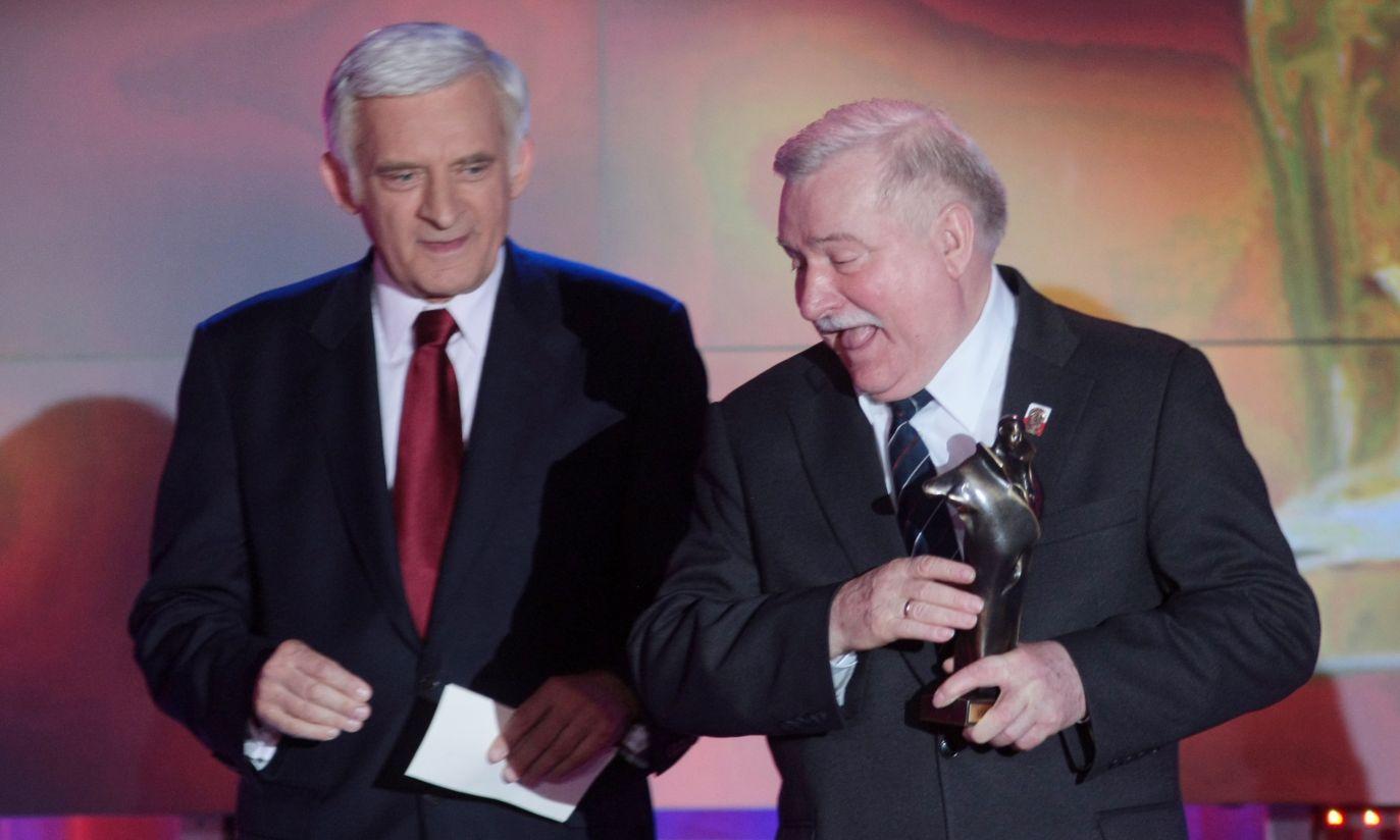 Wałęsa odebrał z rąk byłego premiera Jerzego Buzka (fot.PAP/Leszek Szymański)