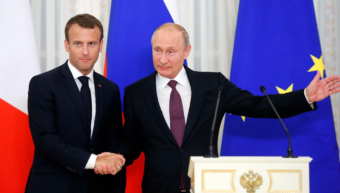 Putin podejmował Macrona w pałacu cara Piotra Wielkiego w Strielnej (fot. PAP/EPA/YURI KOCHETKOV)