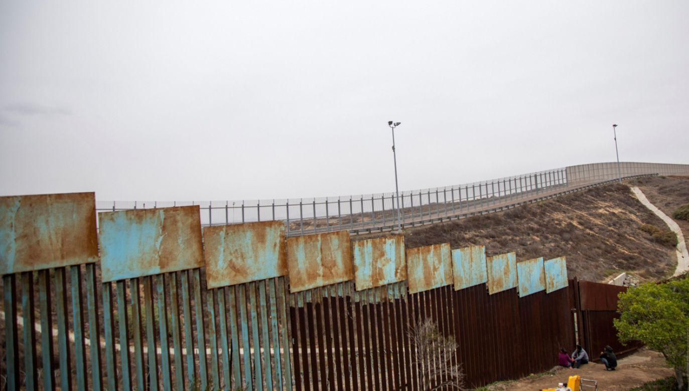 Kongresmeni przeznaczyli na budowę umocnień na granicy z Meksykiem 1,37 mld dolarów zamiast 5,7 mld, których domagał się Trump  (fot. PAP/EPA/ALONSO ROCHIN)