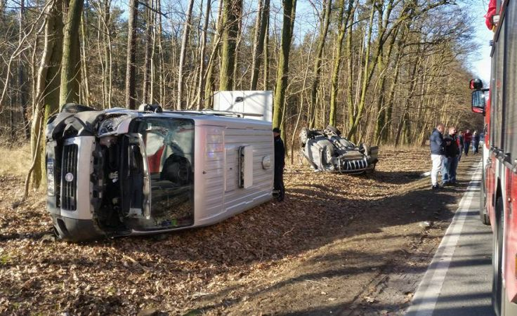 Więźniarka i honda wylądowały poza drogą krajową nr 25 (fot. Pomoc Drogowa Bydgoszcz Krystian Andruszczenko)