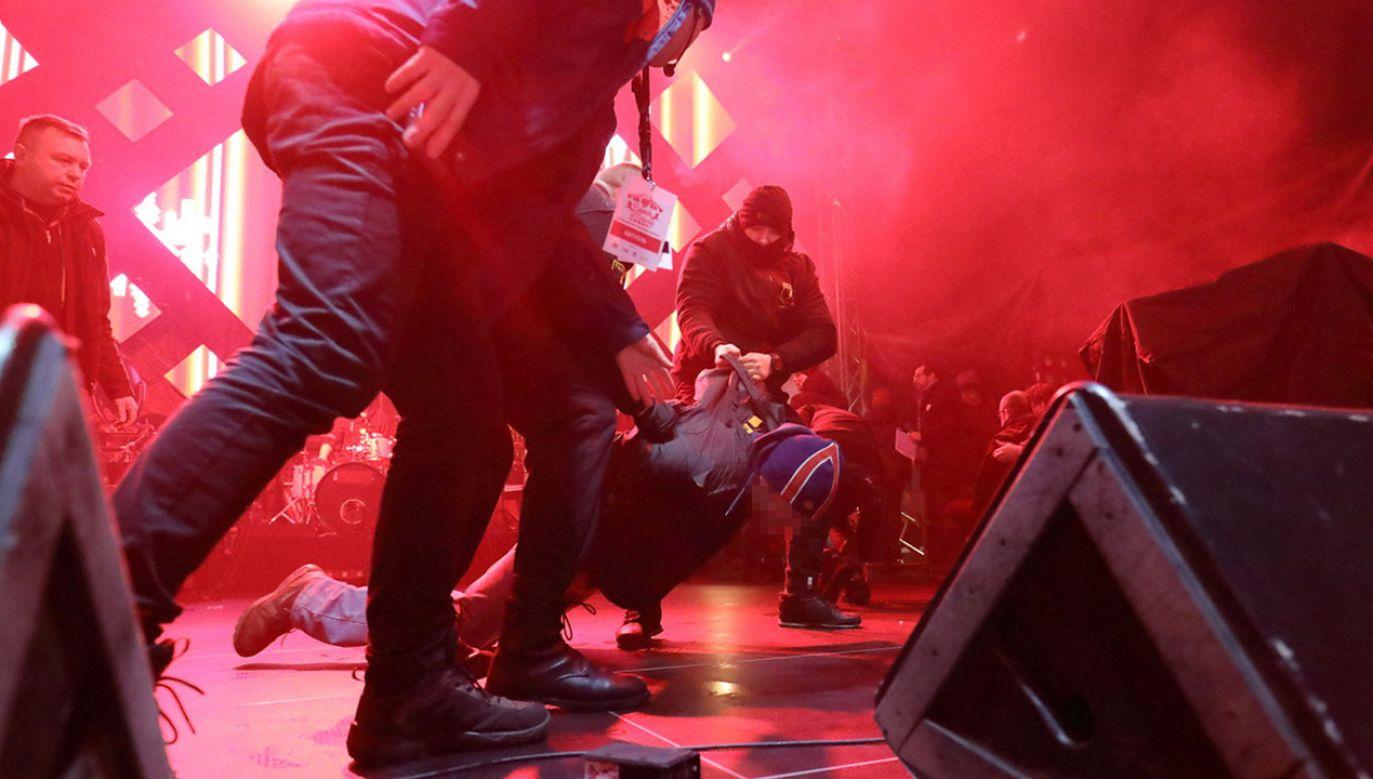Nożownik obezwładniony przez ochronę po ataku na scenie, na prezydenta Gdańska Pawła Adamowicza podczas