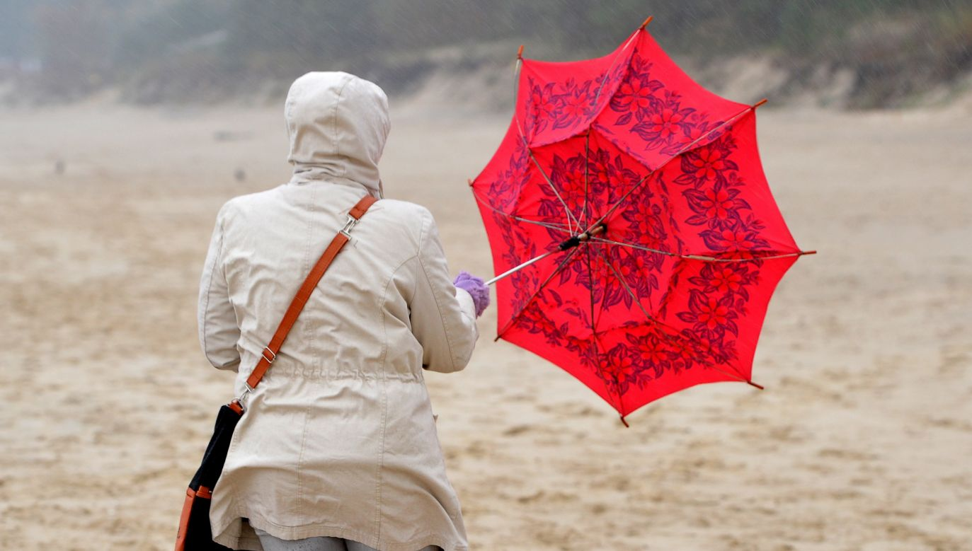 Sztormowa pogoda nad morzem w Międzyzdrojach. Tu już potężnie wieje (fot. PAP/Marcin Bielecki)