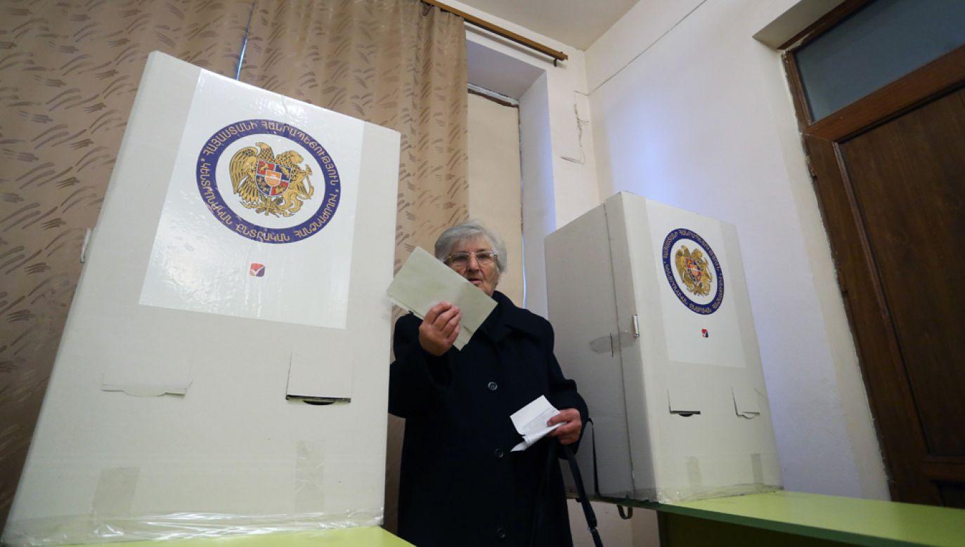 Po przeliczeniu głosów z 300 spośród 2010 lokali wyborczych w niedzielnych wyborach parlamentarnych w Armenii prowadzi blok premiera Nikola Paszyniana (fot. PAP/EPA/VAHRAM BAGHDASARYAN)