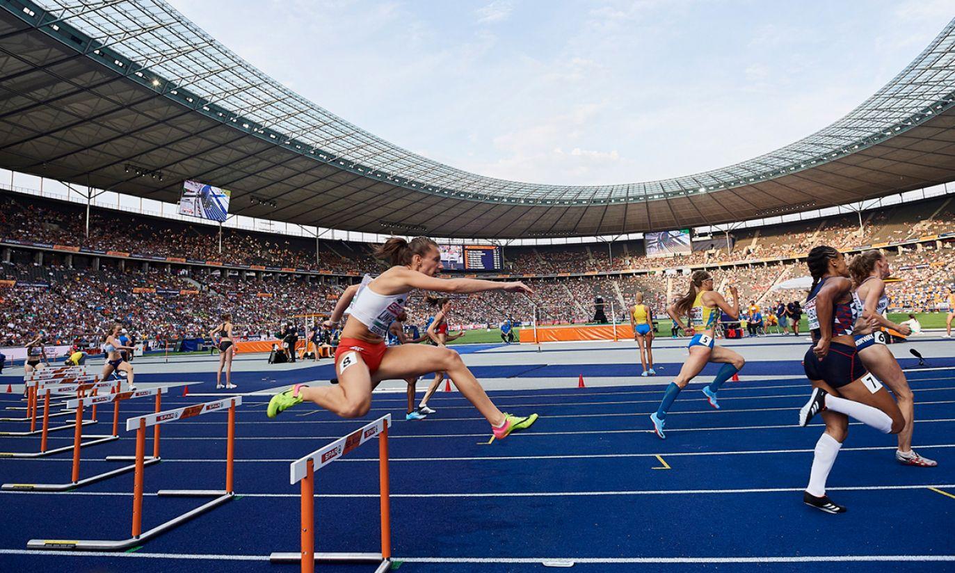 Joanna Linkiewicz w półfinałowym biegu na 400 m przez płotki (fot. PAP/Adam Warżawa)