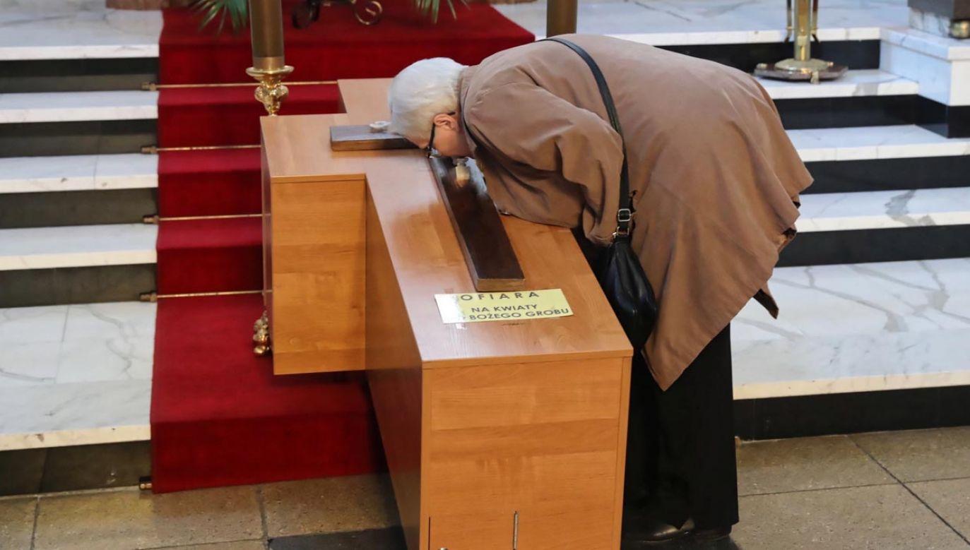 Ks. Rytel-Andrianik, rzecznik prasowy episkopatu mówił w TVP o Wielkanocy (fot. PAP/Tomasz Gzell)