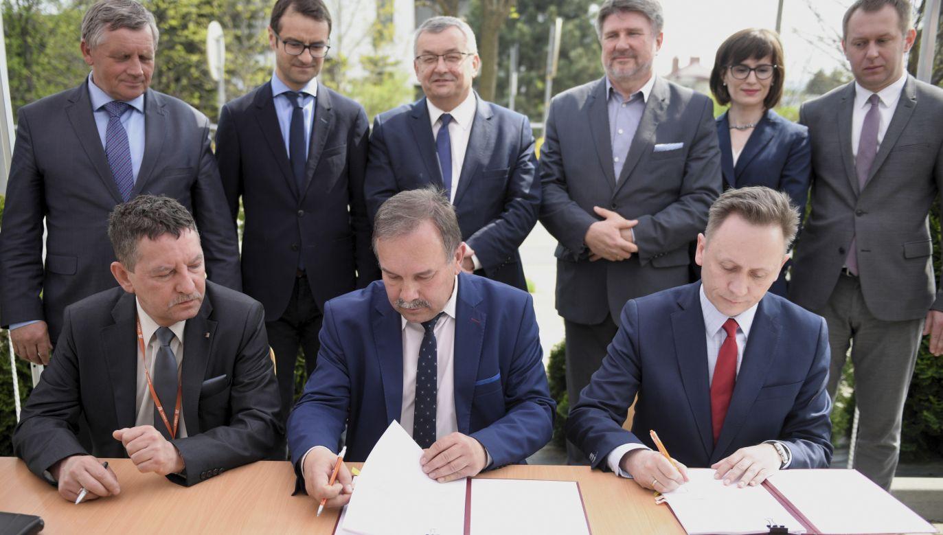 Podpisanie umowy na opracowanie koncepcji programowej dla drogi ekspresowej S19 Via Carpatia (fot. PAP/Darek Delmanowicz)