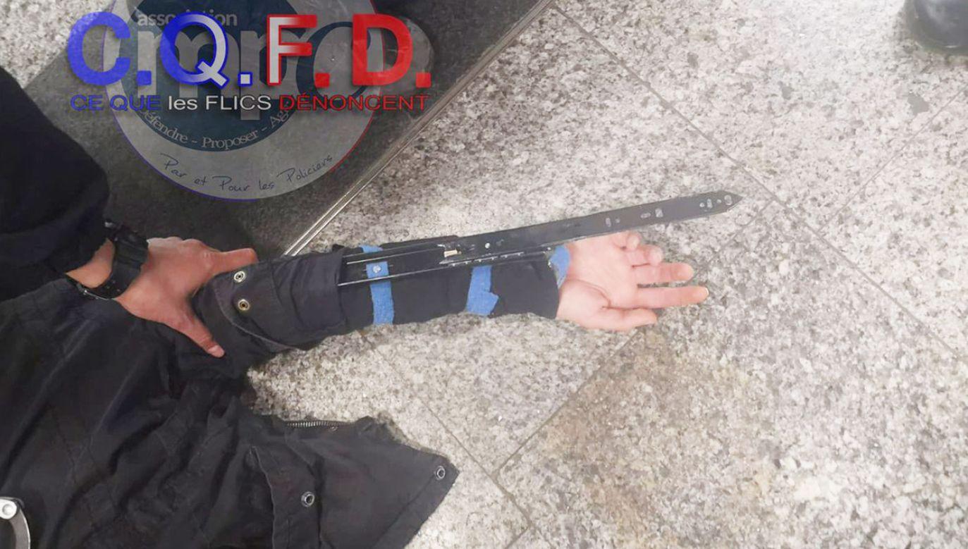 Mężczyzna wyjaśnił, że sam skonstruował broń (fot. tt/@cqfd_mpc)