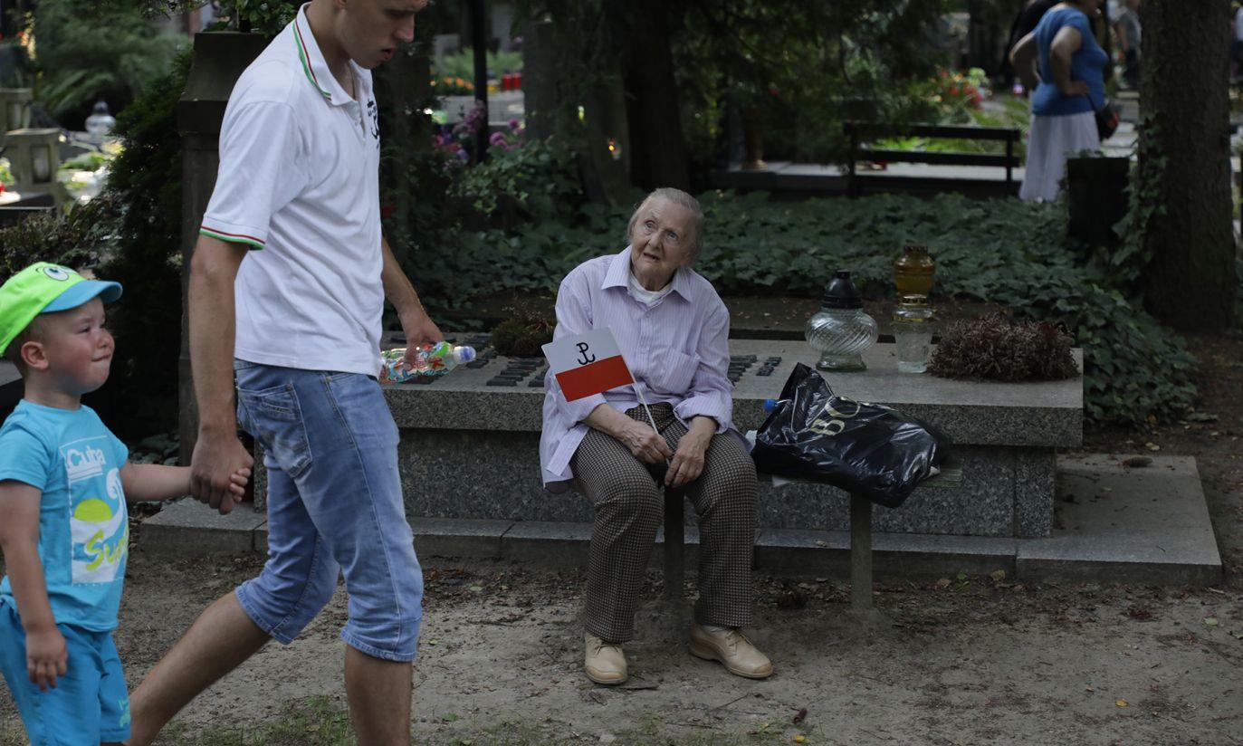 Powązki po uroczystości przed pomnikiem Gloria Victis  (fot. PAP/Tomasz Gzell)