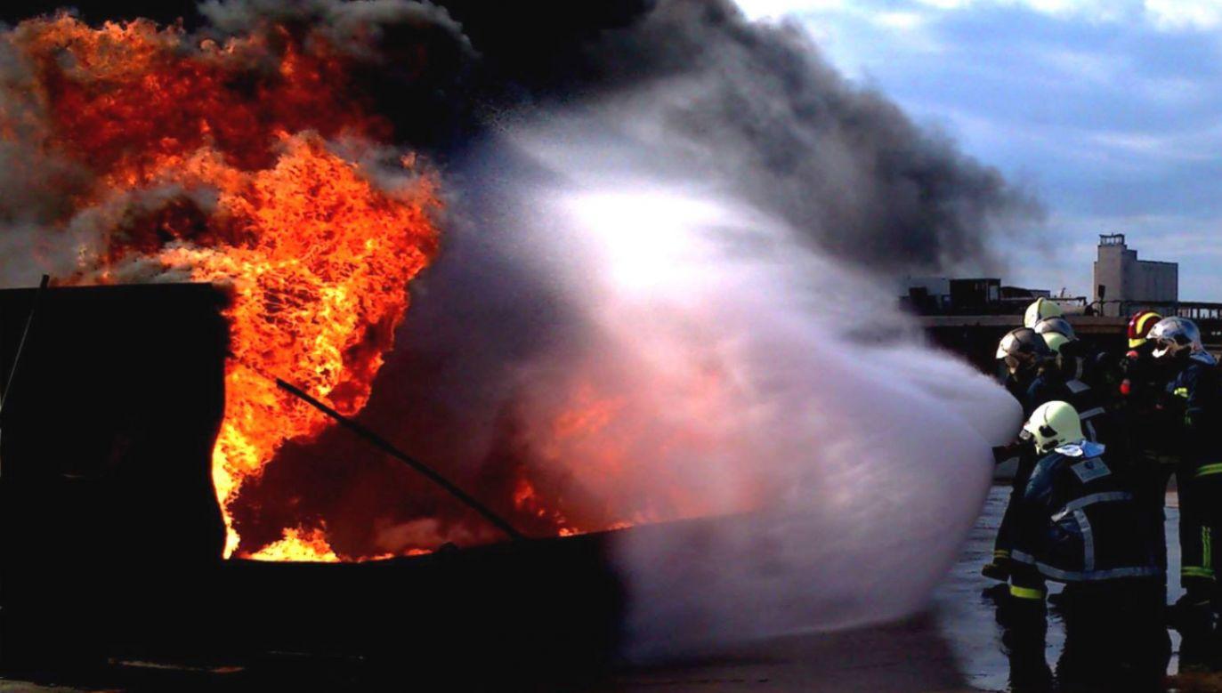 Zdjęcie ilustracyjne. Mikrobus, który kierował się do Salonik, zderzył się czołowo z ciężarówką i stanął w płomieniach (fot. Πυροσβεστικό Σώμα/twitter)
