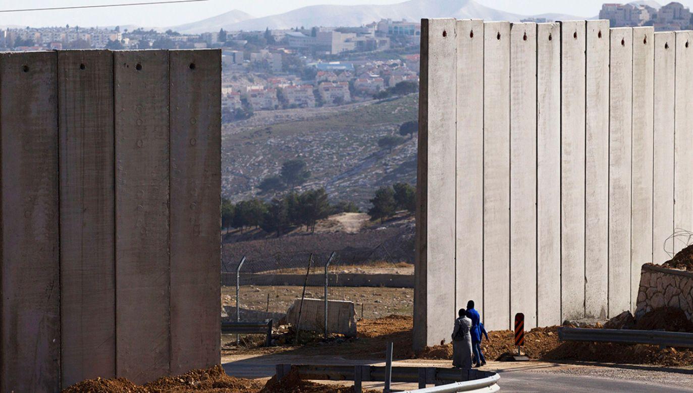 Na granicy z Egiptem Izrael wybudował mur wysoki na 5-7 m, wzmocniony zasiekami z drutu kolczastego i wyposażony w elektroniczny system dozoru (fot. REUTERS/Ronen Zvulun)