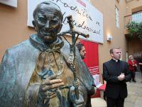 """Dziennikarka """"GW"""" sugeruje, że należy obalać pomniki Jana Pawła II"""