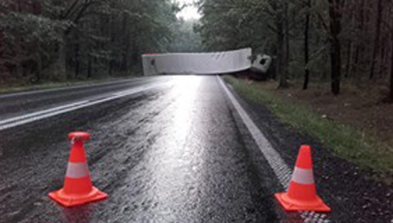 Przewrócona ciężarówka zablokowała ruch w obu kierunkach (fot. lubliniecki.pl)