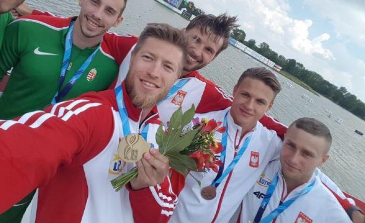 Mateusz Kamiński (z bukietem) ze złotym medalem Pucharu Świata (fot.facebook/mateuszkaminskicanoe)