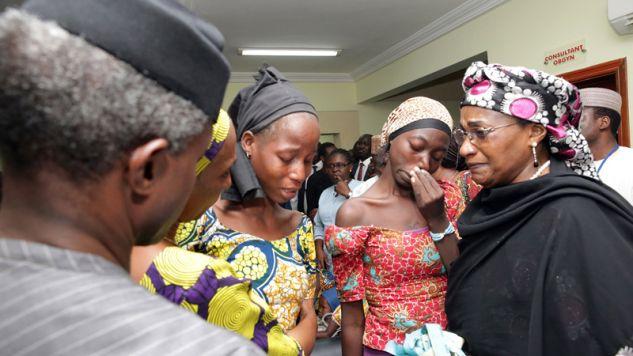 W październiku ub.r.  Boko Haram uwolniło 12 dziewcząt z Chibok (fot. Nigeria State House/Anadolu Agency/Getty Images)