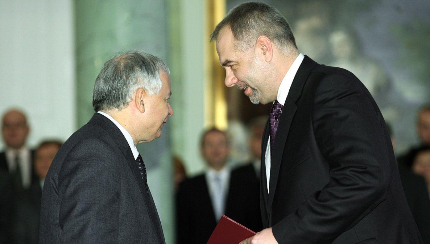 W 2009 r. prezydent Kaczyński wręczył Jackowi Sasinowi akt powołania na sekretarza stanu i zastępcę szefa Kancelarii Prezydenta RP (fot. arch. PAP/Radek Pietruszka)