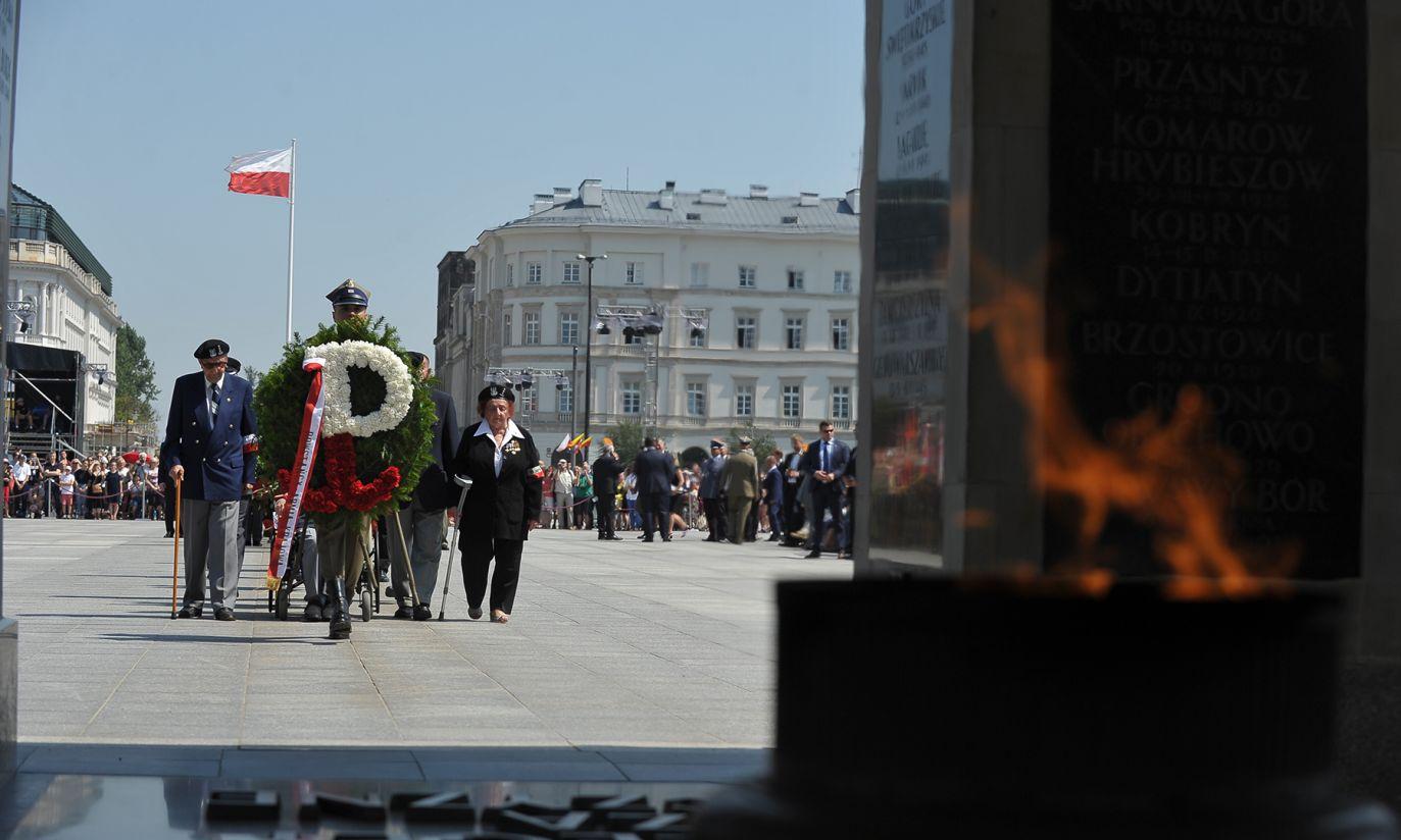 Delegacja Powstańców składa wieniec przed GNŻ (fot. PAP/Marcin Obara)