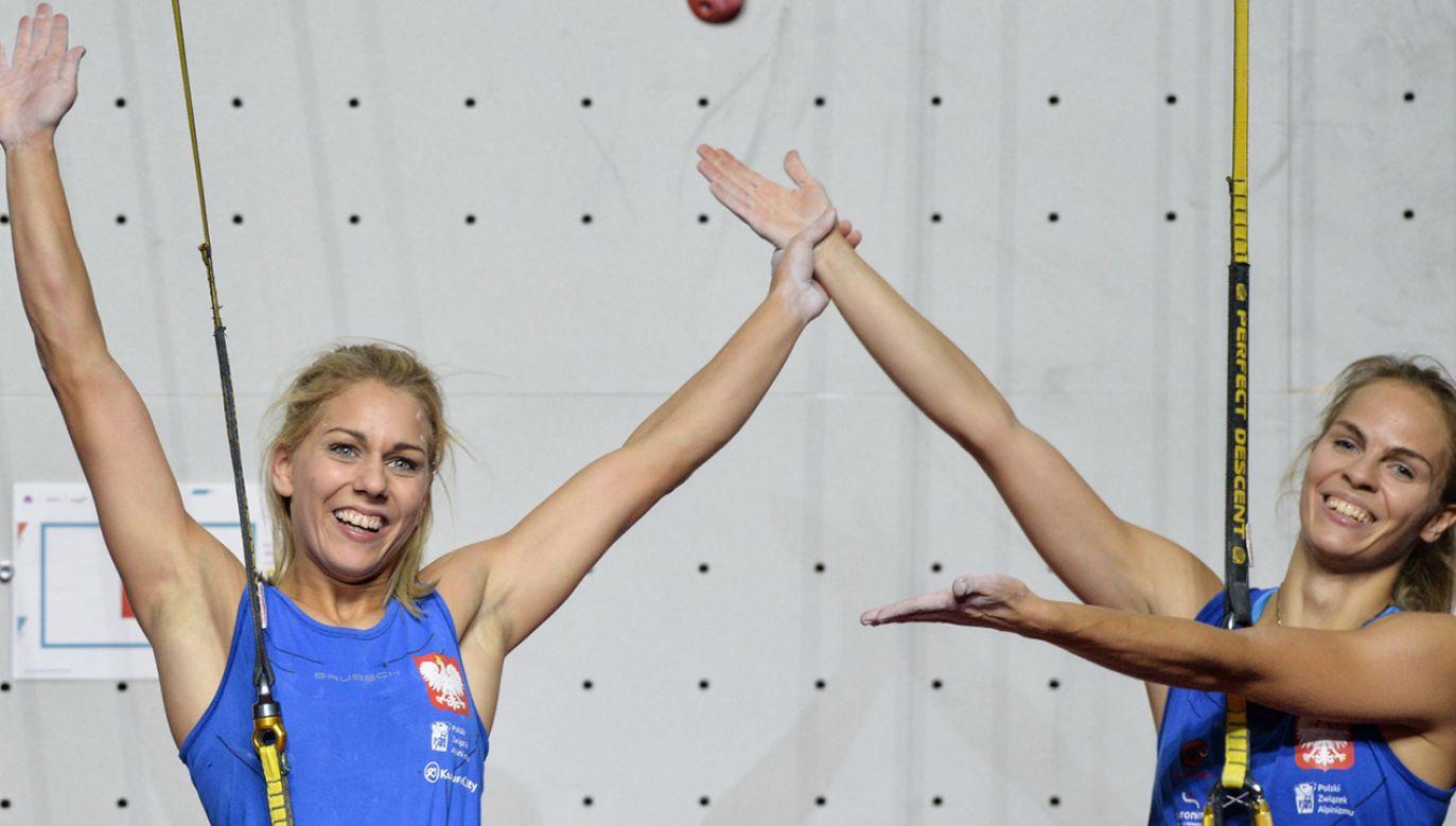Aleksandra Rudzińska z Polski jest prezentowana przez jej przeciwniczkę Annę Brożek z Polski po wygranej w finałowej wspinaczce kobiet podczas Mistrzostw Świata Wspinaczkowych IFSC 2018 w Innsbrucku (fot. PAP/EPA/PHILIPP GUELLAND)