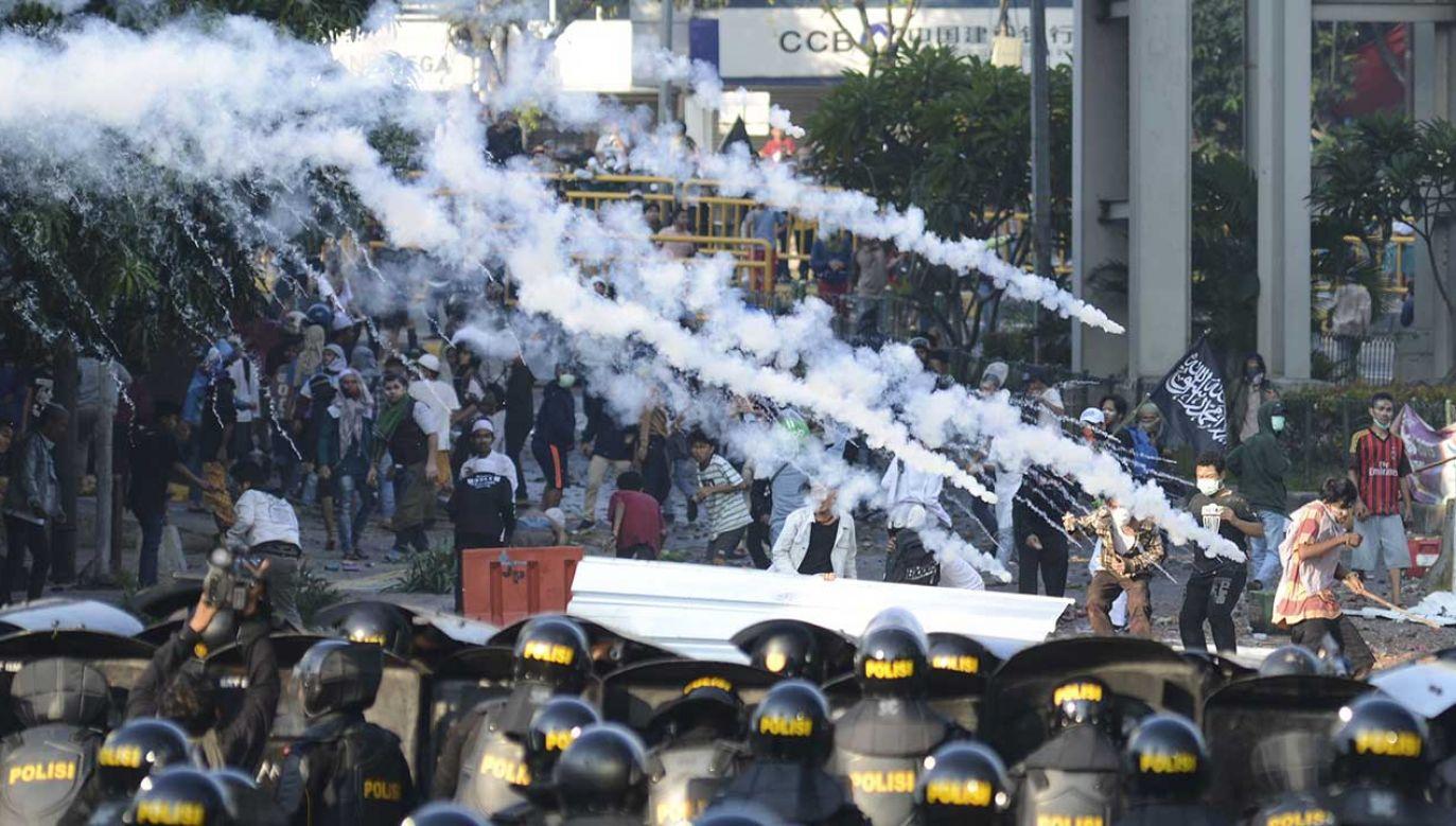 Do rozpędzania protestujących siły bezpieczeństwa użyły gazu łzawiącego, armatek wodnych i gumowych kul (fot. Eko Siswono Toyudho/Anadolu Agency/Getty Images)