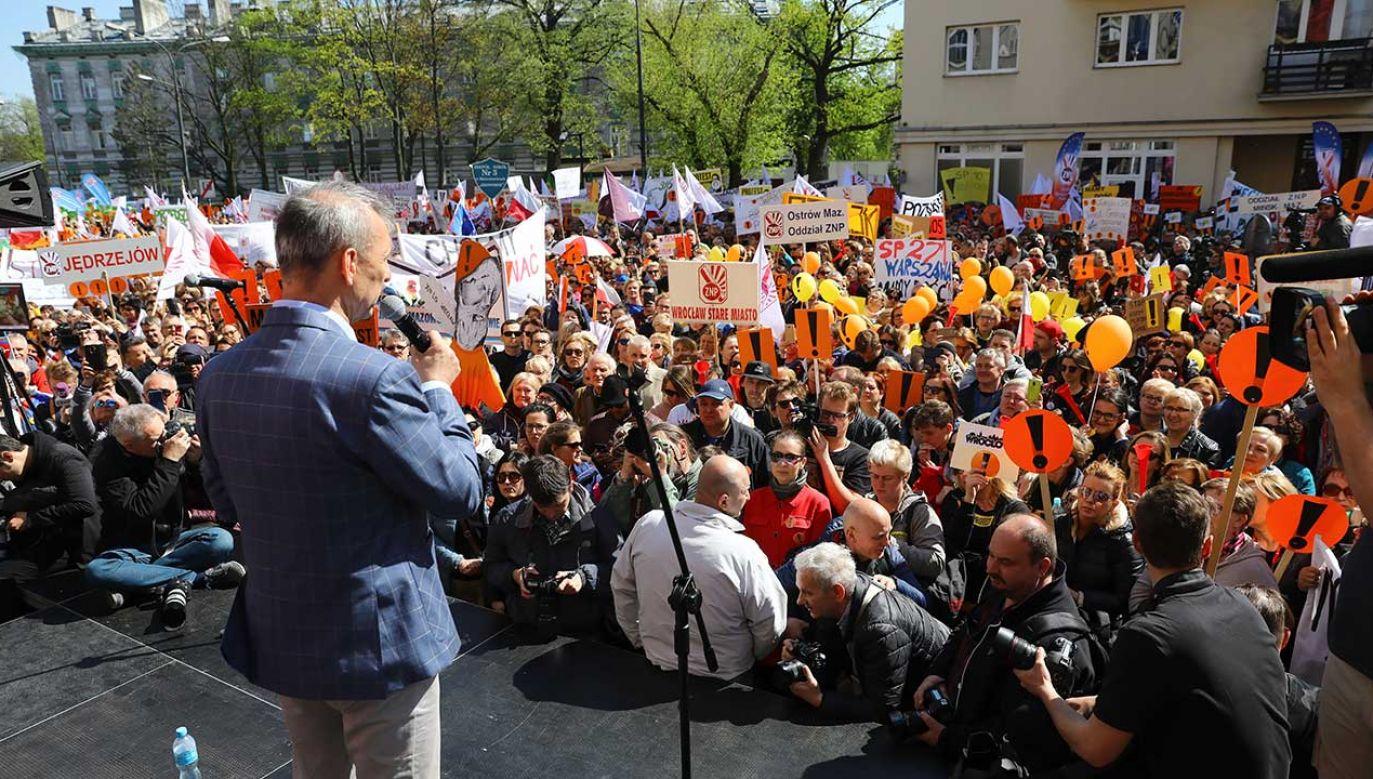 Ogólnopolska manifestacja nauczycieli pod siedzibą Ministerstwa Edukacji Narodowej (fot. PAP/Rafał Guz)