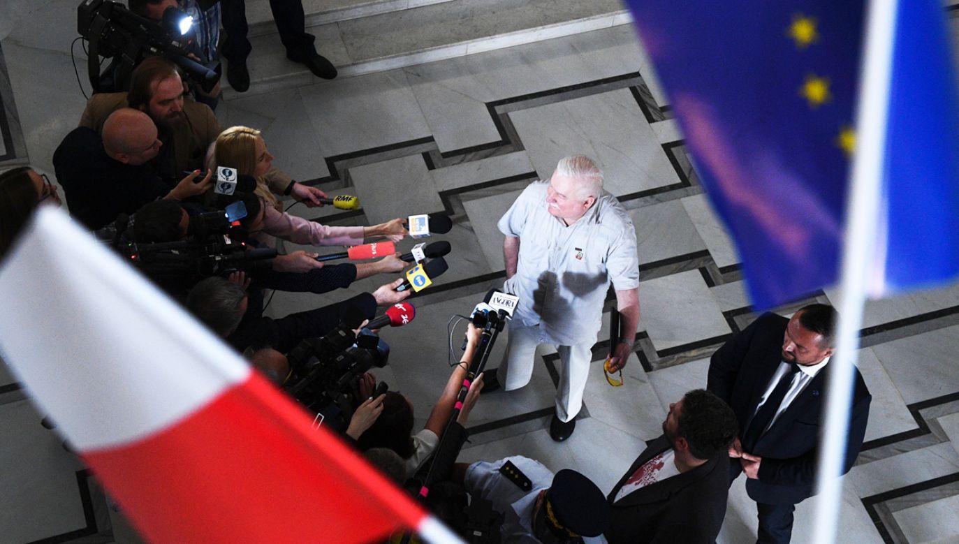 Były prezydent Lech Wałęsa rozmawia z dziennikarzami po spotkaniu z rodzicami osób niepełnosprawnych 34. dnia protestu w Sejmie (fot. PAP/Jacek Turczyk)