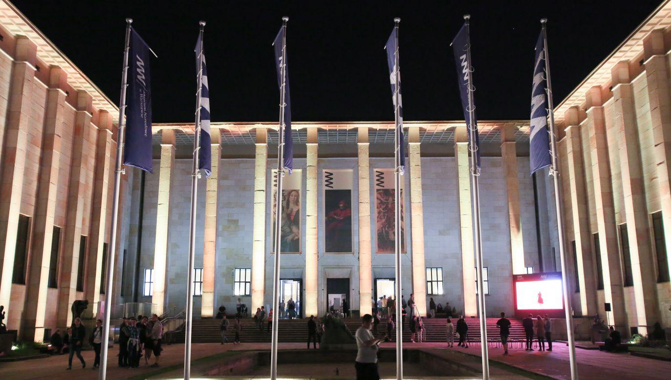 Zwiedzający przed Muzeum Narodowym w Warszawie podczas Nocy Muzeów w 2017 r. (fot. arch. PAP/Leszek Szymański)