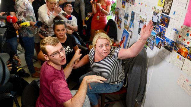 Liderka protestujących Iwona Hartwich (P) z synem Kubą (C) (fot. PAP/Jakub Kamiński)