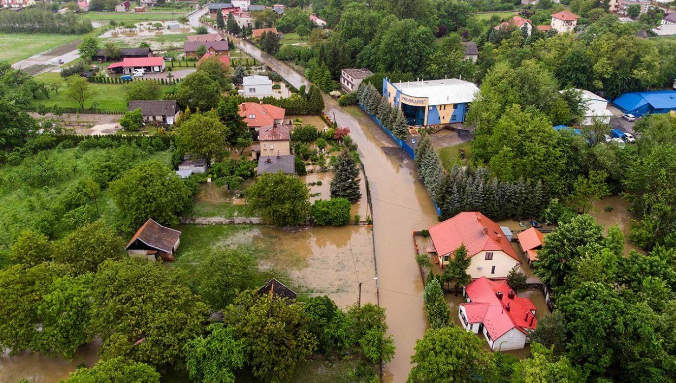 W ciągu ostatnich godzin strażacy interweniowali około 300 razy na terenie województwa (fot. PAP/Paweł Topolski)