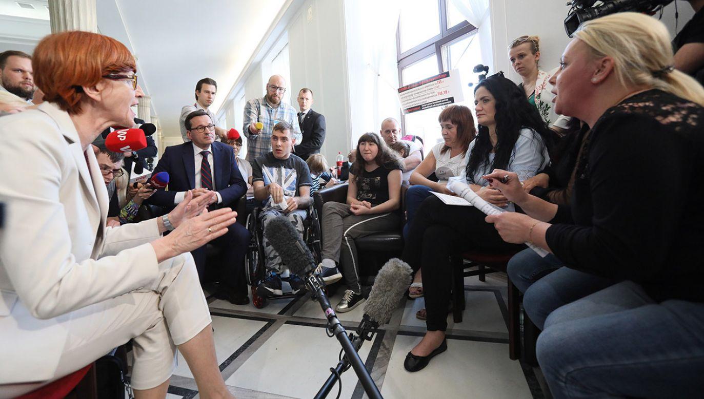 Premier Mateusz Morawiecki (C-L) i minister rodziny, pracy i polityki społecznej Elżbieta Rafalska (L) spotkali się z uczestnikami stacjonarnego protestu rodziców osób niepełnosprawnych w Sejmie (fot. PAP/ Leszek Szymański)