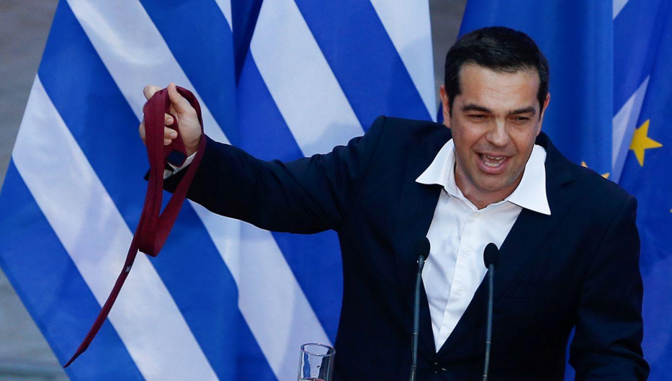 Zgodnie z umową premier Grecji Aleksis Cipras po raz pierwszy od objęcia władzy pojawił się publicznie w krawacie (fot. Reuters/Costas Baltas)