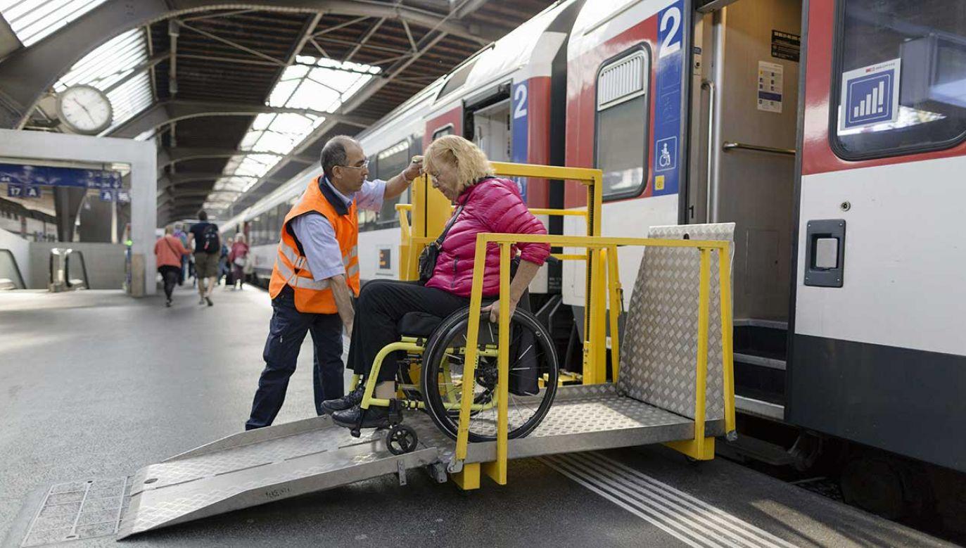 Asysta dla pasażerów niepełnosprawnych na większych dworcach ma być dostępna non stop (fot. arch. PAP/KEYSTONE)