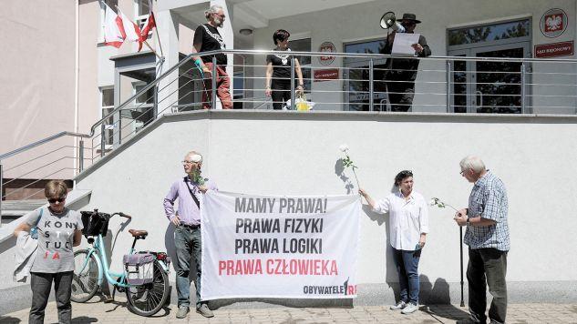 Przed gmachem sądu trwała demonstracja opozycji (fot. PAP/Artur Reszko)