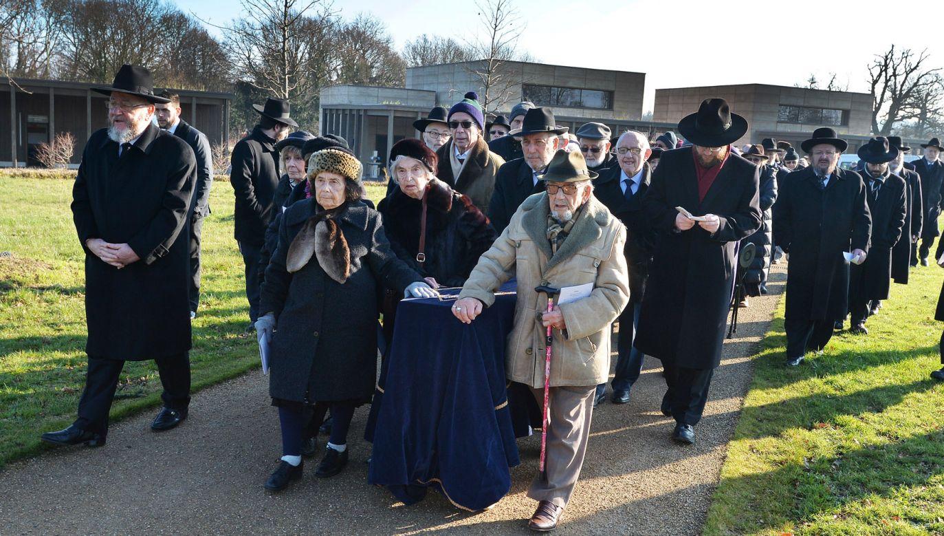 Szczątki ofiar obozu w Auschwitz spoczęły na żydowskim cmentarzu, 30 km od centrum Londynu (fot. John Stillwell/PA Images via Getty Images)
