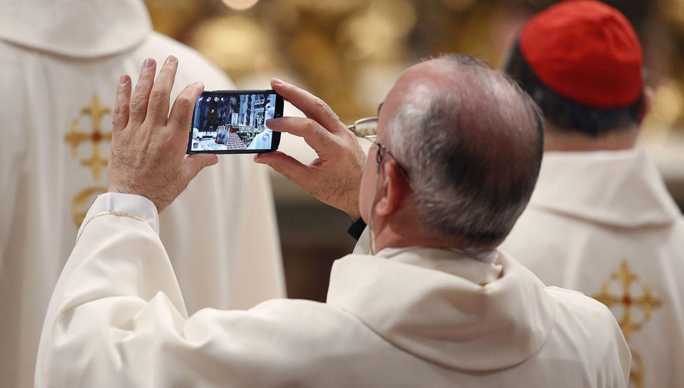 """Rzecznik episkopatu przypomina, że poczynając od św. Jana Pawła II, również kolejni papieże mówili o """"cyfrowym kontynencie"""" i potrzebie obecności na nim """"chrześcijańskiego stylu bycia"""" (fot. REUTERS/Remo Casilli)"""