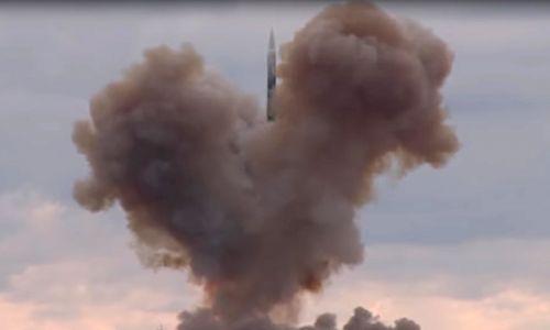 Głowica bojowa Awangard ma poruszać się z prędkością naddźwiękową, częściowo na wysokości kilkudziesięciu kilometrów w gęstych warstwach atmosfery i być zdolnym do ostrych manewrów, co czyniłoby go niewrażliwym na każdy system obrony przeciwrakietowej. Fot. Obraz z przekazu video/ Biuro prasowe i informacyjne Ministerstwa Obrony Federacji Rosyjskiej /TASS via Getty Images