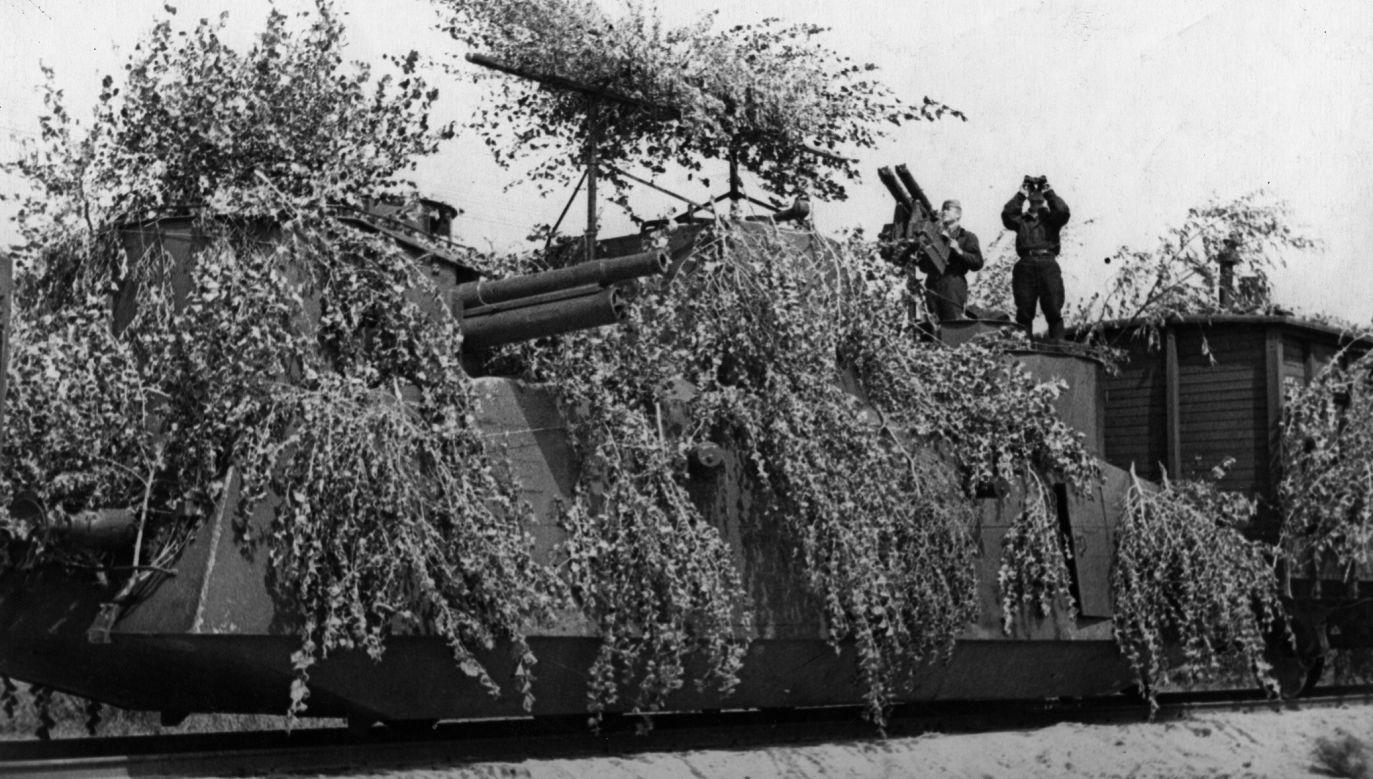 Druga wojna Światowa. Sierpień 1941. Radziecki pociąg pancerny otwiera ogień do samolotów niemieckich. Fot. Sovfoto / UIG via Getty Images