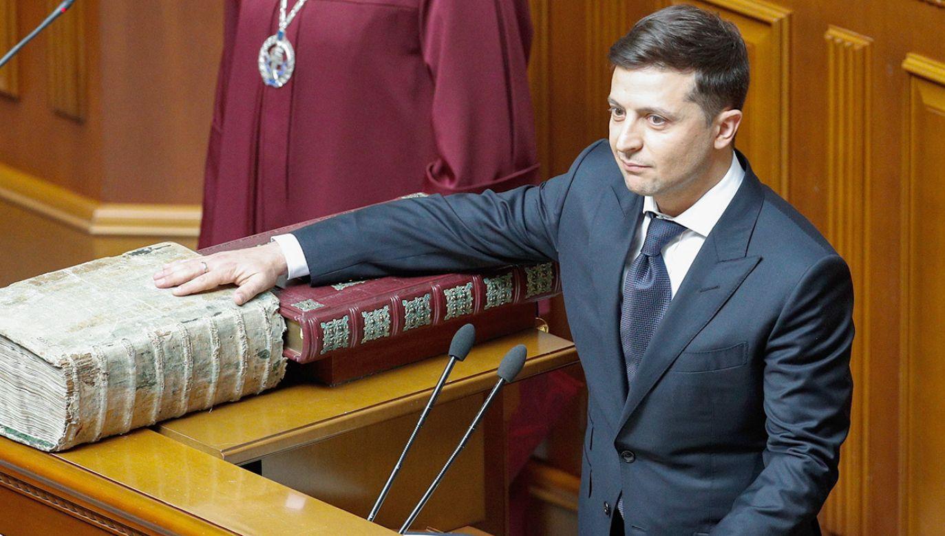 Wołodymyr Zełenski twierdzi, że przyczyną rozwiązania Rady Najwyższej jest niskie zaufanie społeczne (fot. PAP/EPA/SERGEY DOLZHENKO)
